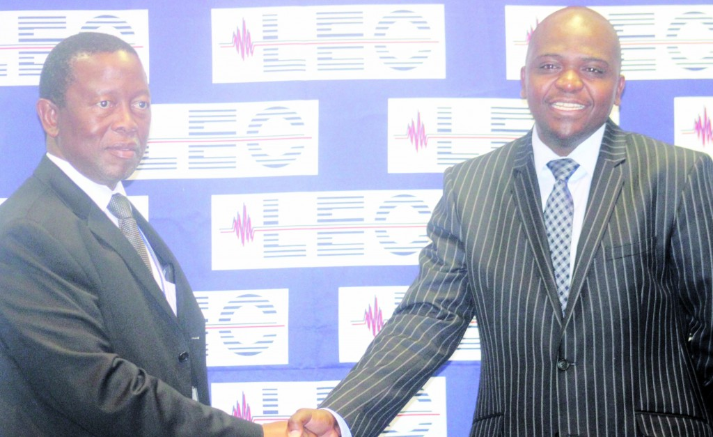LEC MD Mbele Hoohlo shakes on the deal with SLB CE Mpho Vumbukani yesterday.