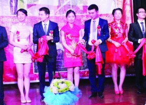 Chinese expatriates hold group wedding